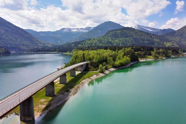Drohnenfoto - Vogelperspektive - Drohne - Drohnenbild - Luftaufnahme - Straße - Brücke