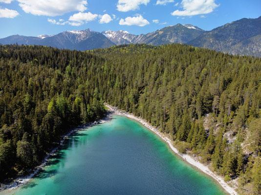 Drohnenfoto - Landschaft - Vogelperspektive - Drohne - Drohnenbild - Luftaufnahme - See - Blau - Karibik der Berge - Sommer - Muster - Türkis - Wald - Alpen - Berge - Insel - Eibsee - Untersee