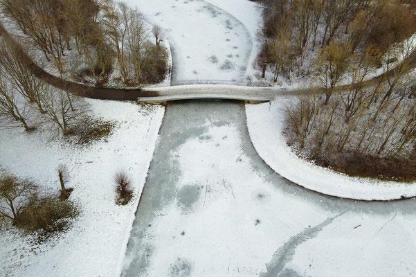 Drohnenfoto - Vogelperspektive - Drohne - Drohnenbild - Luftaufnahme - Weg - Park - Wald - Winter - Schnee