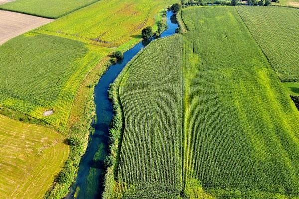 Vogelperspektive, Drohnenfoto, Drohnenbild, Luftaufnahme, Bayern, Feld, Grün,Fluß, Streifen, Sommer
