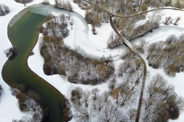 Vogelperspektive, Drohnenfoto, Drohnenbild, Luftaufnahme, Bayern, Park, Fluss, See zugefroren, Schwarz-Weiss, München, Ostpark
