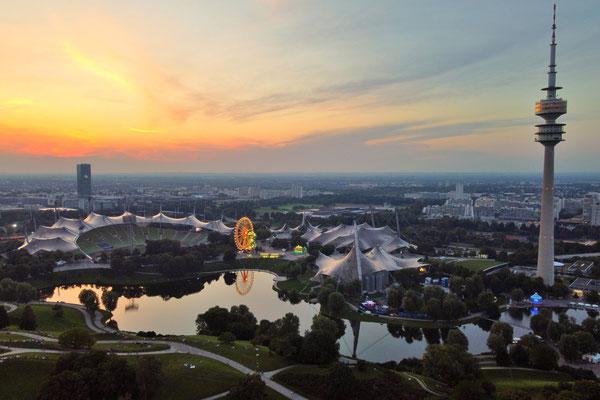 Drohnenfoto - Vogelperspektive - Drohne - Drohnenbild - Luftaufnahme - See - München - Olympiapark - Abend - Sonnenuntergang