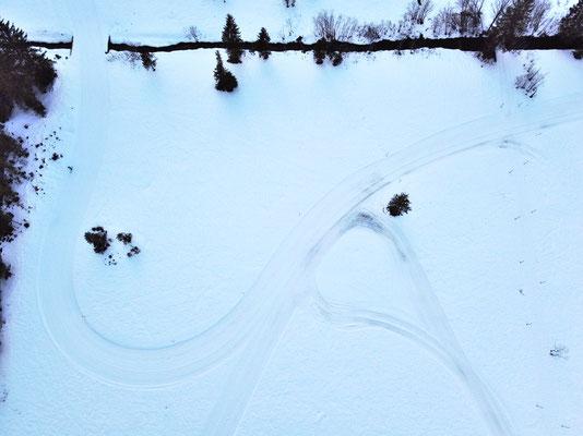 Drohnenfoto - Vogelperspektive - Drohne - Drohnenbild - Luftaufnahme - Weg - Wald - Winter - Schnee