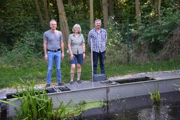 Volker Wedeking, Astrid Struck-Oppel und Hansjosef Röseler hinter der eingebauten Filteranlage in Henglarn.