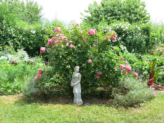 Statue mit umwachsener Rose