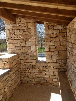 Abribus Belmont Sainte Foi (46) banc interieur avec fenêtre faille