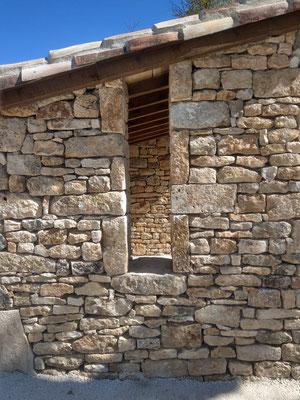 Abribus Belmont Sainte Foi (46) faille dans mur en pierre