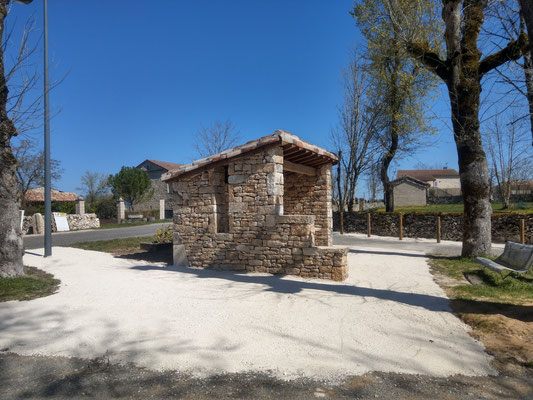 Abribus Belmont Sainte Foi (46) façade Sud