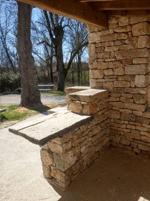 Abribus Belmont Sainte Foi (46) table en pierre de récupération