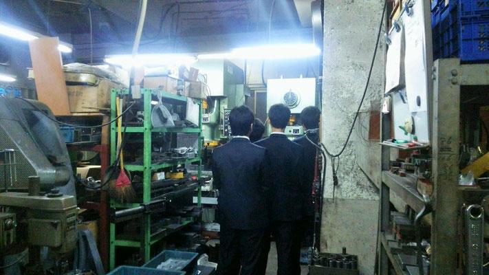 普段見れない工場を見学して興味津々のご様子