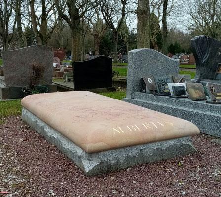 Tombe en pierre de Corton sur l'ancien socle granito modifié