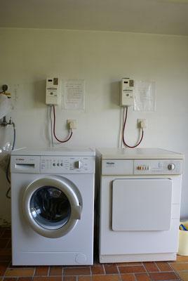 Waschmaschine und Wäschetrockner im Hauswirtschaftsraum