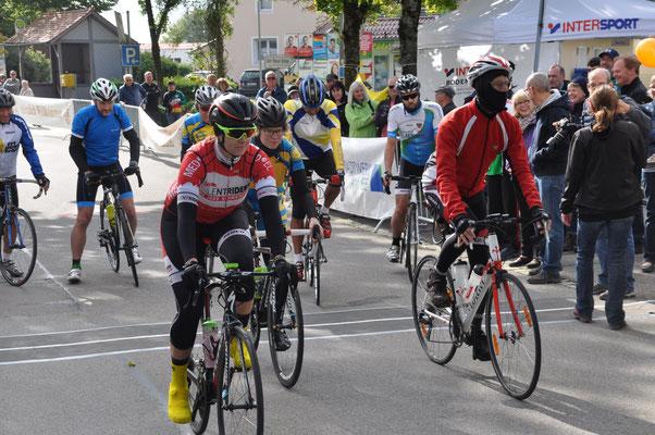 Straßenrennen Senioren und Frauen beim Start