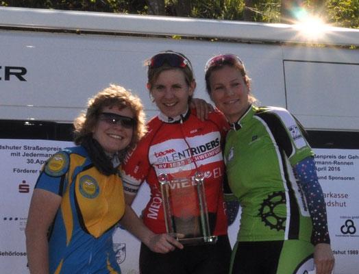 Isabelle Sophie Boberg bei der Siegerehrung vom Landshuter Straßenpreis am 30.April zusammen mit Bianca Metz  und Katrin Schliwa