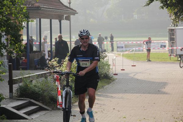 Gerald beim Wechsel vom Laufen aufs Mountain-Bike