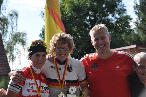 Siegerehrung Zeitfahren von links: Isabelle, Bianca und FM Gerald Mielke-Weyel