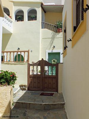 Auch kleine Türen sind mit Schnitzereien verziert