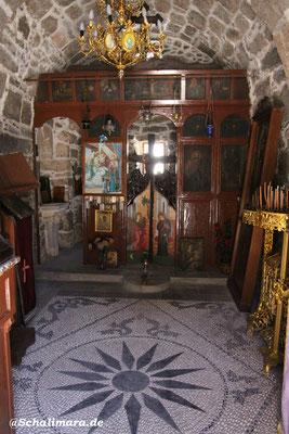 Die Kirche mit Kieselsteinboden