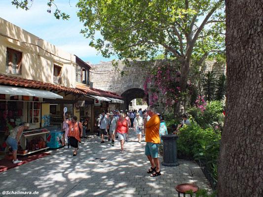 Die Touristengruppen mit Schilderführer halten Einzug.
