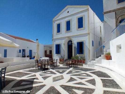 Der wunderschöne Dorfplatz von Nikia mit Kafenion