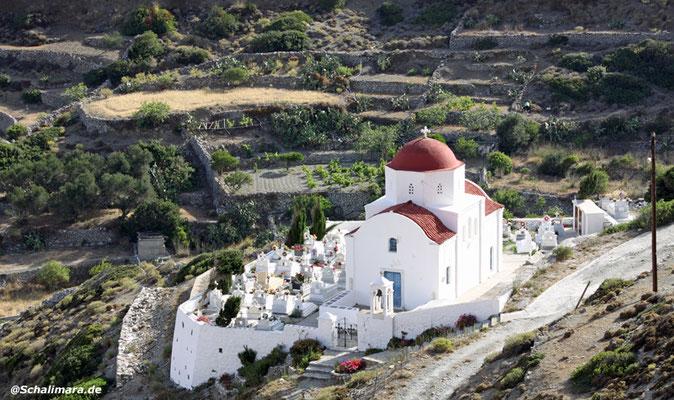 Am Ortseingang von Olympos eine kleine Kirche mit Friedhof