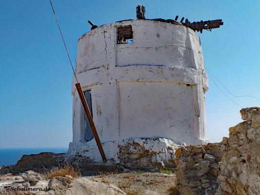 Eine alte Windmühle oben in der Chora von Anafi