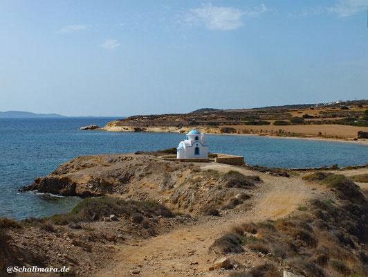 Kapelle Agios Stathis, im Hintergrund der Ksirocampos Strand