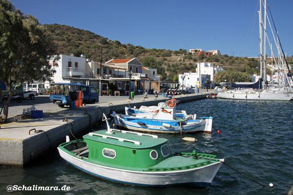 und kleine Fischerboote neben Segeljachten