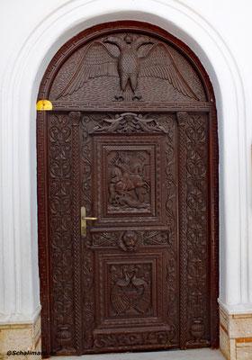 Die kunstvollen geschnitzte Kirchentüre
