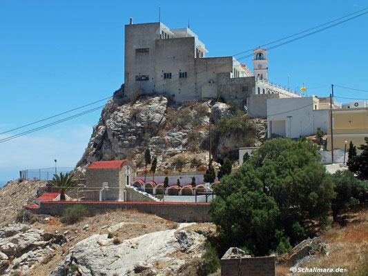 Auf dem Felsen die Kirche Kimissis tis Theotókou