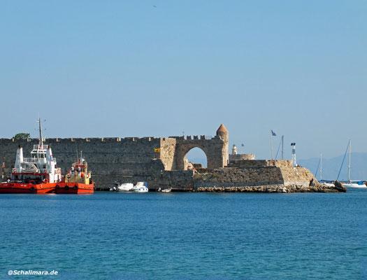 Blick auf die Festung am Hafen von Rhodos