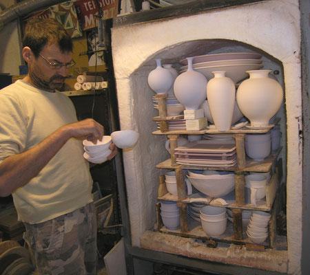 Pierre-Henri Lacreuse défourne le biscuit à  Poterie du Scorpion Var