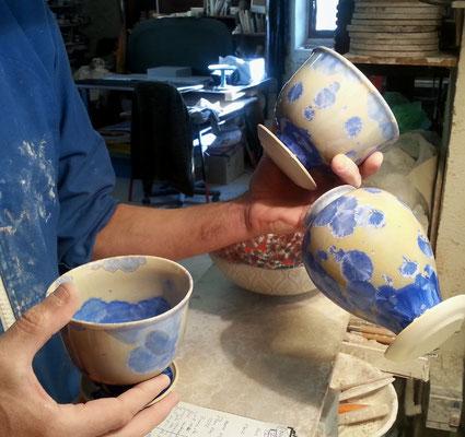 Bols et vase sortis du four à la poterie du scorpion