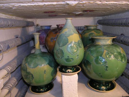 Vases en fin de cuisson dans le four de poterie du Scorpion