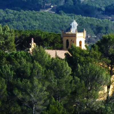 Vue du clocher de Notre Dame de Grâces à Cotignac Var