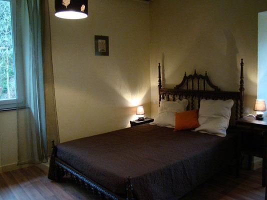 La chambre jaune du gîte de Montredon à Salles la Source entre Rodez et Conques en Aveyron