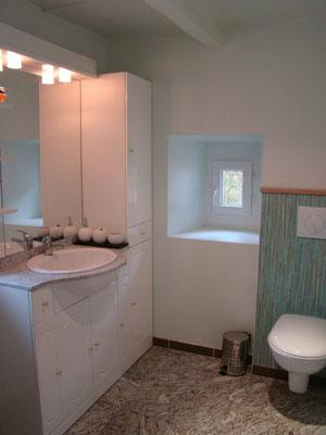 La salle d'eau du gîte de Montredon à Salles la Source entre Rodez et Conques en Aveyron
