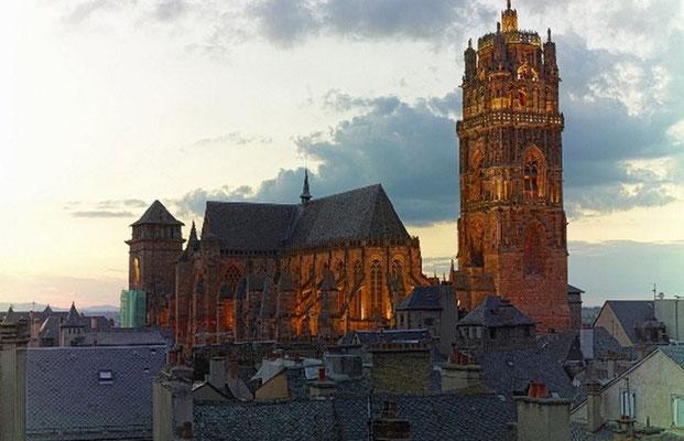 La Cathédrale de Rodez en Grès rose à 12 mn du gîte de Montredon à Salles la Source en Aveyron