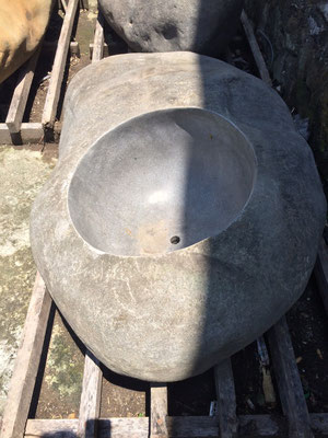 No. 4 Länge / Breiteste Stelle / Höhe in cm: 105 / 70 / 40 / Durchmesser Loch: 45cm