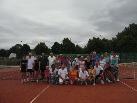 Ein Netz das verbindet drei Nationen von Tennisspielern aus Blois, Lewes und Waldshut-Tiengen beim Drei-Städte-Turnier in Blois.