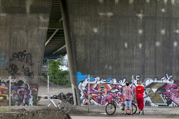 """""""Galeriebesucher"""", Brücke der A42 über die Vogelheimer Straße, Juni 2016"""