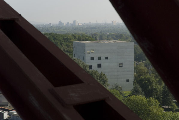 Zollverein School, im Hintergrund: Gelsenkirchen, August 2008