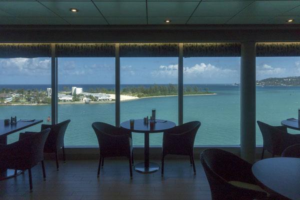 Blick aus dem Frühstücksraum des Schiffs auf Montego Bay, Jamaica