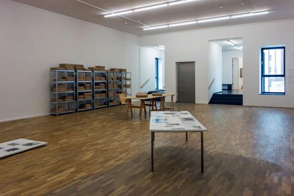 """Im Hintergrund: Paula Roush, """"Found Photo Foundation / FPF"""", 2007-2012; Vorne: Katalin Deér, """"Tische und Bäume, Platten 1-4"""", 2012"""