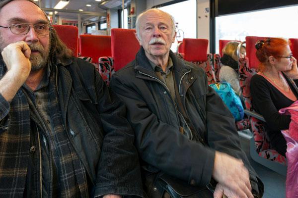 Exkursionsteilnehmer auf der langen Hinfahrt von Essen nach Siegen