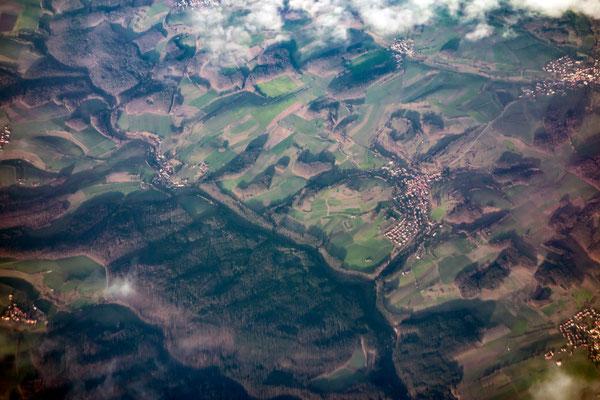 Blick aus dem Flugzeug: vermutlich über der Eifel