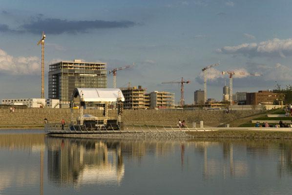Der neue Teich, im Hintergrund: die Thyssen-Krupp-Zentrale im Bau