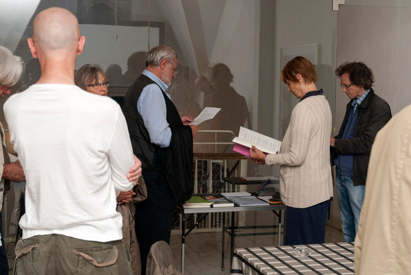 """Büchertisch, u.a. mit den Ausgaben der """"IDIOME-Hefte für Neue Prosa"""""""