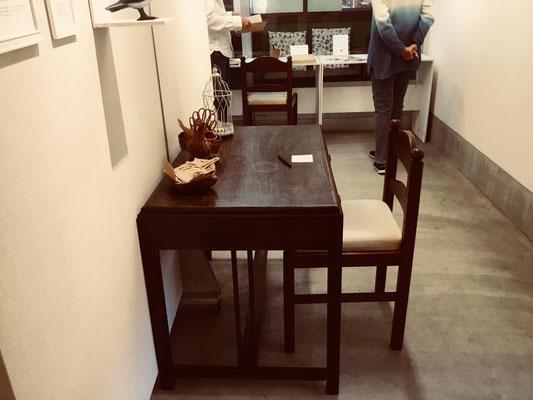 この机は「診察室の机」という設定です。