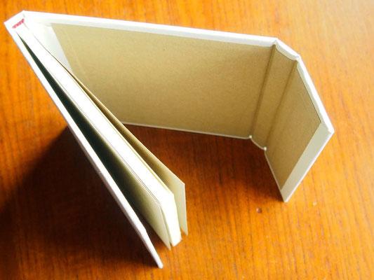 特装版は封筒風の表紙を手づくりしました。マグネット式。パクっと音がします。